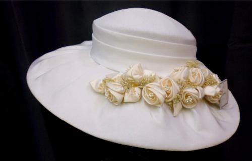 Chapeau blanc fleuris
