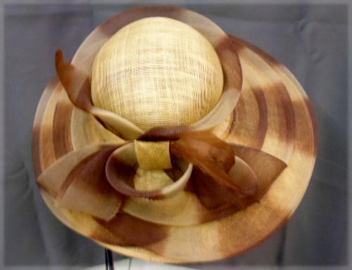 Chapeau beige et marron